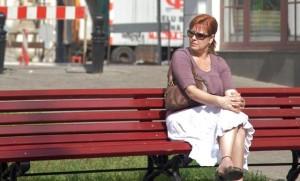 woman on bench freephoto